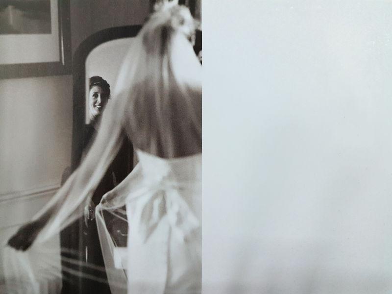 利用镜子映像拍婚纱照