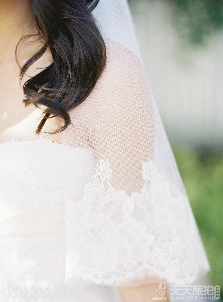 23个婚礼拍摄取景技巧 8-delicate-veil-trimming