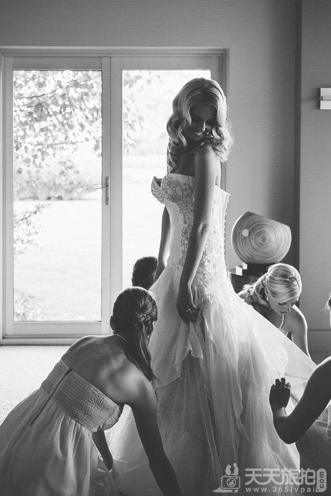 23个婚礼拍摄取景技巧 6-being-fussed-over-your-bridesmaids