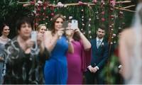 婚礼的最大地雷,宾客拍到忘我,挡新人让摄影师瞬间大暴