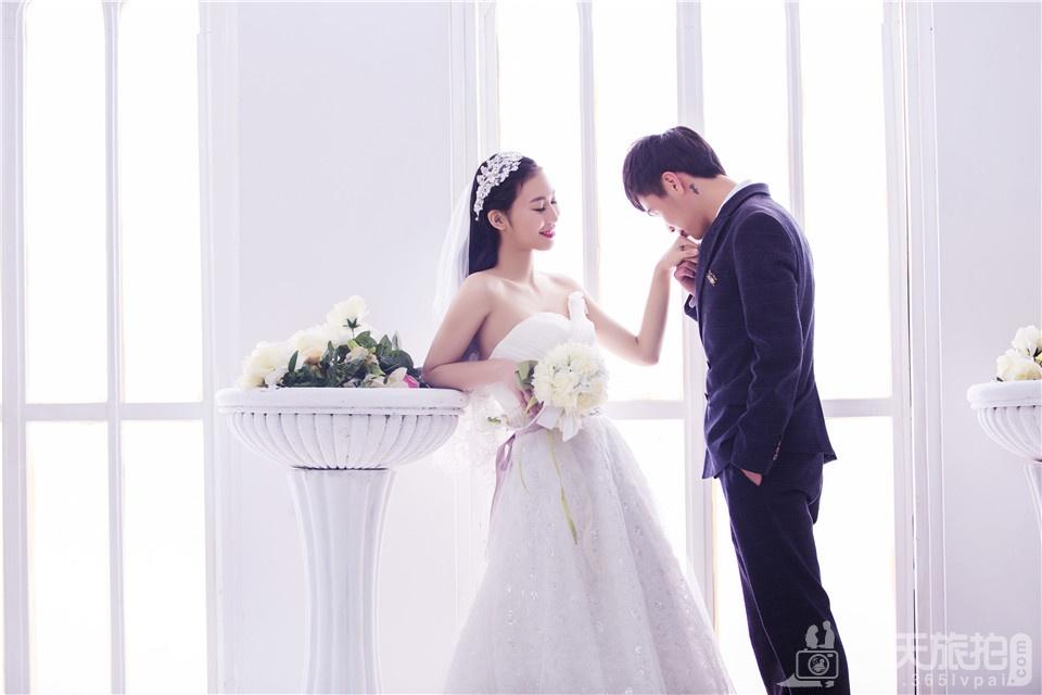 纯白背景唯美婚纱照
