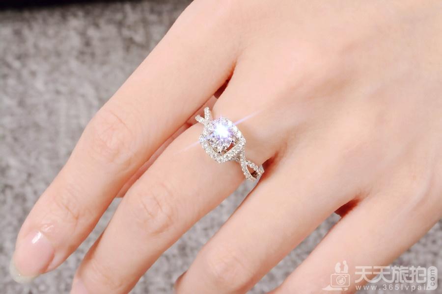 准新娘订婚穿什么 让温暖和美丽两不误