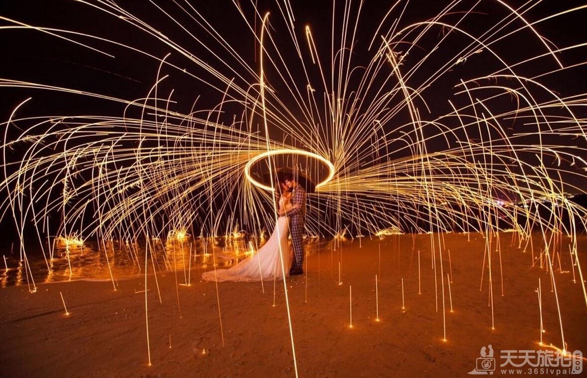 烟花一直以来都是浪漫的代名词,高超的摄影技术搭配烟花的绚烂多姿,让整个照片看起来更唯美,更浪漫,更具意境!也是创意夜景婚纱照的拍摄方式之一。 烟花虽美,但稍纵即逝,拍摄此类风格的婚纱照,更加考验摄影师的摄影功底和对画面的扑捉能力,另外,烟花燃烧不断跳动,动态的画面如果掌握不好,看上去就会显得比较模糊,失去照片魅力,所以烟花婚纱照的拍摄是具备一定技巧的!
