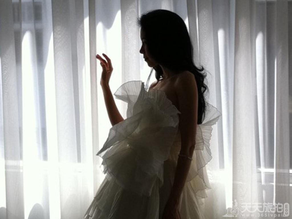 美艳动人 莫文蔚婚纱照曝光